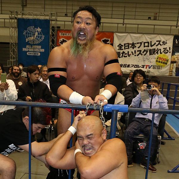 秋山-吉田初対決実現も野獣タッグが場外心中 ジョー組痛恨6失点目