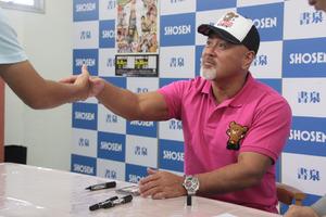 プロレスオンリーショップを開催中の書泉グランデで、武藤敬司がサイン会に登場
