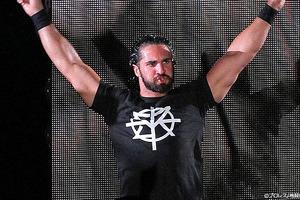 RAW生放送中に観客がリングに乱入も、ロリンズが神対応