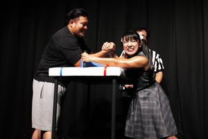韓国映画『ファイティン!』のイベントで才木玲佳がアームレスリングに挑戦!